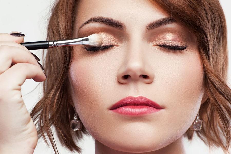 add eyeshadow primer to eyelids